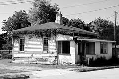 Beaufort Abode (pjpink) Tags: blackandwhite bw monochrome beaufort northcarolina nc carolina crystalcoast may 2018 spring pjpink 2catswithcameras