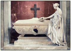 Tomb, Santa Croce, Florence (S.R.Murphy) Tags: florence italy june2018 art publicart sculpture tomb tuscany renaissance religion religiousicons religiousart cross crucifix fujifilmxt2 fujifilmxf1855mm