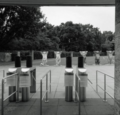 Berlin Olympiastadion Vip Eingang Buddy Bären 15.6.2018 (rieblinga) Tags: berlin olympiastadion vip eingang buddy bär 1562018 analog rollei 6008 kodak tmax 100 rodinal 150