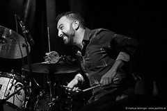 William Goe: drums, percussion (jazzfoto.at) Tags: wwwjazzfotoat wwwjazzitat jazzitsalzburg jazzitmusikclubsalzburg jazzitmusikclub jazzfoto jazzphoto markuslackinger anapauladasilva brasiljazz brazilianjazz jazzinsalzburg jazzclubsalzburg jazzkellersalzburg jazzclub jazzit2018 concertphoto concertphotos liveinconcert stagephoto greatjazzvenue greatjazzvenue2018 downbeatgreatjazzvenue salzburg salisburgo salzbourg salzburgo austria autriche blitzlos ohneblitz noflash withoutflash música concert konzert concerto concierto sony sw bw schwarzweiss blackandwhite blackwhite noirblanc bianconero biancoenero blancoynegro zwartwit pretoebranco sonyalpha sonyalpha77ii alpha77ii sonya77m2 portrait retrato portret