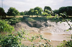 Where Longmoor Brook/Ashton Brook joins the Avon (knautia) Tags: ashtonbrook longmoorbrook brunelbridge riveravon bristol england uk july 2018 film ishootfilm olympus xa2 olympusxa2 kodak kodacolor 200iso nxa2roll35 river avon mud lowtide