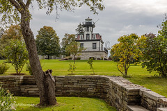 Landlocked Lighthouse (John H Bowman) Tags: newengland vermont chittendencounty shelburne museums shelburnemuseum lighthouses newenglandlighthouses vermontlighthouses colchesterreeflight lightkeepershouses benches stonework stonewallsabutments cloudyskies september2017 september 2017 canon24704l