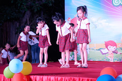 Happy Day Kindergarten Graduation 431 (C & R Driver-Burgess) Tags: stage platform ceremony parent mother father teacher child kids boy girl preschooler small little young pretty sing dance celebrate pink dress skirt red plaid white blouse 台 爸爸 妈妈 父亲 母亲 父母 儿子 女儿 孩子 幼儿 粉红色的 衬衫 短裤 篮球 跳舞 唱歌 漂亮 帅 好看 小 people uniform sit crosslegged class 笑 坐 眼镜 glasses smile grin microphone tamronspaf2875mmf28xrdildasphericalif