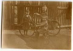 . (Kaïopai°) Tags: vintage kinder kids childreen childhood kinderspiel kindheit kind dreirad fahrrad radeln bike bicycle fiets zaun fence street kinderrad kinderfahrrad