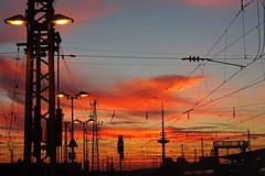 Danke, Deutsche Bahn! (niedersachsenfoto) Tags: abendhimmel elektrizität infrastruktur sonnenlicht hauptbahnhof bahnsteig bremen niedersachsenfoto