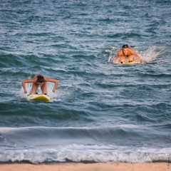 ... shark !!! (*BegoñaCL) Tags: mar mediterráneo pareja surf agua ola arena orilla verano begoñacl playpuig robado playa