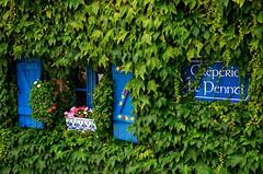 Concarneau (Massimo Frasson) Tags: francia france bretagna bretagne breizh bzh finistère concarneau centrostorico oldcity pittoresco architettura arte medioevo finestre albero foglie azzurro glicine ristorante verde creperie fiori vasodifiori