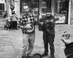 Artists on the streets (Cristiano Busato) Tags: venezia venice artist artists street music square couple musicians italy veneto guitar banjo moments beautiful