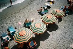 Monterosso (cranjam) Tags: ricoh gr1 gr1v film kodak portra160 italy italia cinqueterre liguria monterosso beach spiaggia ombrelloni umbrellas sand sabbia sea mare marmediterraneo mediterraneansea liguriansea marligure unesco worldheritagesite summer estate