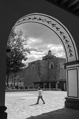 Iglesia desde el arco (Marcos Núñez Núñez) Tags: arco arc blackandwhite streetphotography street parque municipio palacio bw monochromatic urban streetphotographer mexico oaxaca teposcolula mixtec mixteca pueblomagico iglesia church person caminante textura