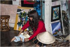 2000-292- TIIENDA DE SOUVENIRS A PIE DE CARRETERA- PROXIMIDADES DE HUE - VIETNAM - (--MARCO POLO--) Tags: curiosidades personas artesania exotismo