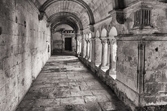 Monastère Saint-Paul de Mausole (Peter Jaspers (sorry less time to comment)) Tags: frompeterj© 2018 olympus zuiko omd em10 1240mm28 france french saintremydeprovence paca provence bouchesdurhone vangogh monastere arcade wall monastery bw zwartwit bn silverefexpro monochrome hospital hopital