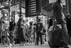 Na estação (At the railway station) (A. Paulo C. M. Oliveira) Tags: instantâneo snapshot gentes pretoebranco pb blackandwhite bw porto portugal nikon d3000 peoples