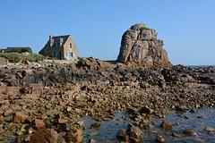 Vue imprenable... (Bernard P.) Tags: bretagne france rocher maison mer bleuarchitecture ciel nikon