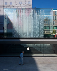 IMGP5671 Waiting and walking (Claudio e Lucia Images around the world) Tags: milano applestore piazzadelliberty apple store liberty man walk waiting water fountain crystal shop jobs stevejobs milanoapplestore newstore applemilano pentax pentaxk3ii sigma sigma1020 pentaxart sigmaart sunday oldman walking