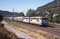 SNCF BB 8521+8513 leading a mixed freight to Miramas recorded just south of Viviers, Ardeche, during August 1993. (mikul44171) Tags: fretsncf viviers ardeche bb8521 bb8513 merchandise