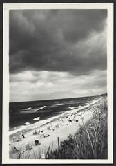 Archiv P632 Ostsee Strand, 1930er (Hans-Michael Tappen) Tags: archivhansmichaeltappen ostsee strand strandkorb strandkörbe wellen wind ufer 1930s 1930er panorama fotorahmen outdoor stimmungsbild