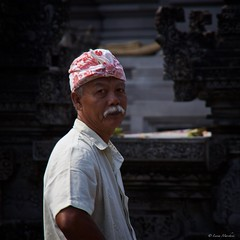 IMGP3688 Pilgrim (Claudio e Lucia Images around the world) Tags: pura tirta empul temple banana seller tempio hindu hindutemple indu fruit present god bali indonesia asia pentax pentaxk30 pentax18135 pilgrim
