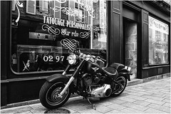 I ❤️ Harley Davidson ...7DWF -  B&W  ... (miriam ulivi) Tags: miriamulivi nikond7200 france bretagne vannes street motorcycle harleydavidson bn bw monochrome vetrina negozio shopwindow 7dwf