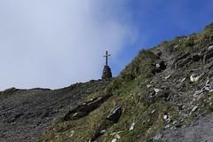 arrivée au Col de Torrent 2916 mètres (bulbocode909) Tags: valais suisse moiry grimentz valdanniviers coldetorrent croix montagnes nature sentiers nuages paysages vert bleu