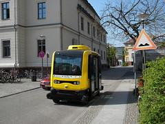 """Was ist Quietschgelb und hat vier Räder? """"Ein Brotkasten"""" - nun ja nicht ganz . Das sind die neuen selbstfahrenden Kleinbusse auf dem Campus der Charite Berlin 18-04-2018 (Detlef Wieczorek) Tags: fahrerlosekleinbusse fahrerlos kleinbusse berlinmitte berlin campuscharite charite krankenhaus bvg öpnv"""