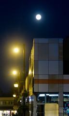 Pleine lune sur la ville 3 (nicoleforget) Tags: architechture édifice lune pleine lampadaires