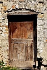 Vecchio portone (marco.falaschiii) Tags: porta door muro wall lunigiana vinca paese toscana italia italy marrone brown abbandonato