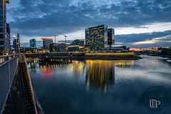 Düsseldorf Medienhafen (Sony_Fan) Tags: düsseldorf medienhafen rheinland abend dunkel haus hyatt hotel wasser himmel sony alpha 6000 samyang 12mm 20 weit weitwinkel thomas umbach 2018 sommer nachtblau spiegelung häuser rhein schwelm unterbilk kunst