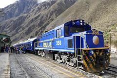 PeruRail Train to Machu Picchu in Ollantaytambo station Peru (roli_b) Tags: peru rail perurail lok lokomotive railway train trenn tren ollantaytambo station machu picchu machupicchu valle sagrado vallesagrado 356 engine explorer vistadome 2018