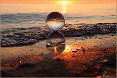 Doppelkugel (der bischheimer) Tags: kugel glaskugel crystal lensball sonnenuntergang sunset strand beach canon poel ostsee baltic ball derbischheimer