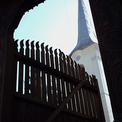 szekler gate & unitarian church (ckaroli) Tags: wood church fence gate steeple through unitarian viewed szk szekler szekelykeresztur ckpic szekely