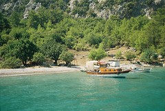 Port Ceneviz (nilgun erzik) Tags: trip travel blue sea summer vacation holiday tree green beach nature analog swim turkey boat village minolta trkiye turkiye august 2006 ishootfilm turquie antalya journey nophotoshop deniz dalyan kemer olympos myra lycia yaz fethiye ky akdeniz srt gezi mediterrenean koy tatil myfavouriteplace likya minoltasrt boattour cirali gocek gcek ral asitis ceneviz kumluca minoltasrt303b nilgunerzik portceneviz cenevizbay fotografkiraathanesi tahtalidagi nilgnerzik tahtalda