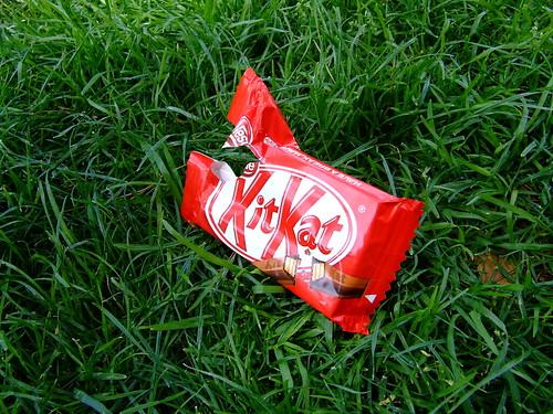 Fotografía de un envoltorio de KitKat sobre cesped