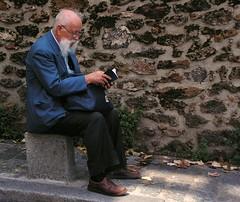 Man reading (Giulia_) Tags: paris france nordfrance îledefrance pierre plan montmartre papa lecture rue mur livre assis siège trottoir sep06 alljc visitepm