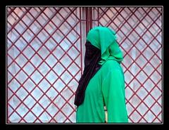 Rejas de tela - Fabric grates (jose_miguel) Tags: portrait españa woman miguel photo mujer spain foto retrato muslim islam homeless jose morocco maroc marrakech streetphoto marrakesh stolen tradition marruecos tradición robada sintecho musulman canondigitalixus55 gtaggroup marraquech fotografíaenlacalle