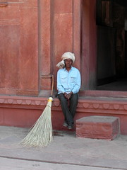 red fort broom (kexi) Tags: agra india asia uttarpradesh redfort man vertical samsung wb690 february 2017 broom turban red sandstone portrait instantfave