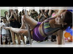 Cumple su sueño de ser bailarina de 'pole dance' a los 71 años (fotos) (HUNI GAMING) Tags: cumple su sueño de ser bailarina pole dance los 71 años fotos