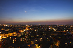 Stetige Veränderung (Lilongwe2007) Tags: hamburg deutschland dämmerung blaue stunde mond venus aussichtspunkt stadt beleuchtung illumination sternenhimmel schlump u3 ubahn strichspur dunst