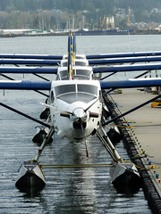 Sea planes in a row (Sebastian Fuss) Tags: dhc3 otter canada cancouver sea plane wasser flugzeug water aircraft airplane seaplane waterplane propeller propellor prop dock kai warf quay pier line align aligned turboprob wing kanada vancouver