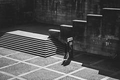 Sur chaise (dono heneman) Tags: chaise chair noiretblanc nb blackwhite urbain urban urbaine ville city géométrie geometry escalier stairs human humain man homme vélo bicyclette bicycle bike mur wall paris îledefrance france pentax pentaxart pentaxk3 architecture rue street