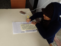 Écriture en cours (8pl) Tags: personne femme écriture chinois taïwan côteest donghe portrait table stylo papier écrituremanuscrite concentration intérieur