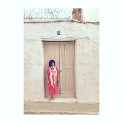 (Vallelitoral) Tags: vintage retro flickraward flickr iphone7plus iphonegraphy iphone door puerta vestido dress chic nice cool style mujer street calle tarifa girl beautiful woman