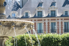 Paris (Yann OG) Tags: paris parisian parisien france french français placedesvosges marais paris4 fontaine fountain architecture pentacon135mm bokeh cityscape m42