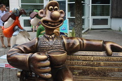 A Grand Tribute (charliejb) Tags: petersallis nickpark wallaceandgromit agrandtribute wg gromitunleashed2 trail gold bench pullover wallace 2018 aardman bristol tribute lastofthesummerwine