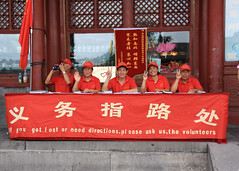 meet and greet (Rasande Tyskar) Tags: china beijing peking streetshot street volunteers freiwillige
