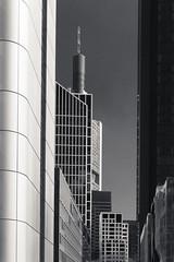 20180417-DSC3761 (A/D-Wandler) Tags: frankfurtammain hessen deutschland hochhaus wolkenkratzer architektur gebäude silberturm taunusturm commerzbanktower bahnhofsviertel bankenviertel blackwhite bw kontrast monochrom himmel linien einfarbig fenster