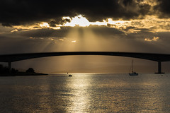 (Eugenio Albertus) Tags: skye scotland puente anochecer barco luz bridge sol nubes escocia paisaje 80d landscape uk granbretaña reflejos kyleakin sunset sea mar highlands
