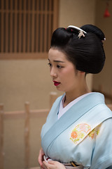 graceful (byzanceblue) Tags: kyoto maiko geisha geiko kagai miyagawacho japan japanese woman girl female beauty cute beautiful ふく朋 宮川町 京都 kimono gion dance lovely 舞妓 舞踊 traditional kanzashi formal 祇園 black 花街 white color colour flower nikkor background people photo portrait professional lady lovery 芸妓 着物 bokeh red traditonal