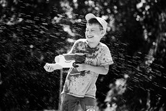 nass (O.I.S.) Tags: leo sommer summer amrum wasserpistole water gun garten garden fun spas portrait sw bw canon 5d mkii 70200 f4 usm is l