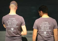 UN CONSIGLIO DA AMICO....ANZI DUE. (Skiappa.....v.i.p. (Volentieri In Pensione)) Tags: puntafarobeach ragazzi schiena consiglio maglietta tshirt lignano vacanze persone motto